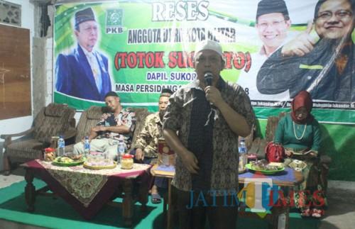 Totok Sugiarto menyampaikan materi reses di Karangsari.(Foto : Aunur Rofiq/BlitarTIMES)