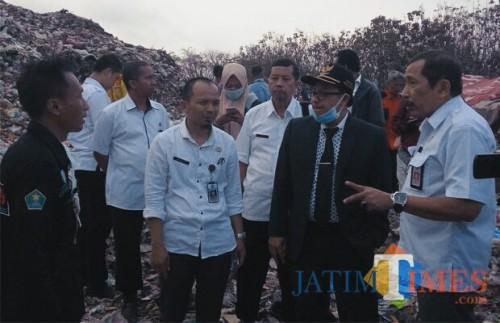 Kepala DLH Kota Malang, Agoes Edy Poetranto (paling kanan) bersama Walikota Malang, Sutiaji saat memantau TPU Supit Urang (Doc MalangTIMES)