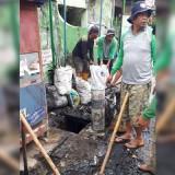 Satgas DPUPR saat membersihkan  saluran drainase di kawasan Jl Brigjen Katamso. (DPUPR)