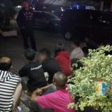 Belasan bocah yang masih duduk dibangku kelas SD, SMP dan SMA saat digiring ke Polsek Singosari guna mendapatkan pembinaan lantaran pesta miras di pinggir jalan, Kabupaten Malang (Foto : Polsek Singosari for MalngTIMES)