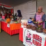 Para pelaku UMKM menjajakan dagangan mereka dalam Gebyar Pasar 2018 yang digelar Disperindag.(Foto : Aunur Rofiq/BlitarTIMES)