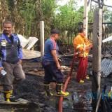 Petugas Damkar berhasil Padamkan Api di TKP Rumah Sumaji Desa Kromasan Kecamatan Ngunut / Foto : Anang Basso / Tulungagung TIMES
