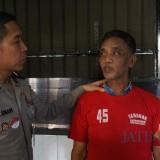 Tersangka Kasrobi saat diinterogasi polisi.