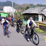 Wali Kota Batu Dewanti Rumpoko memandu goweser di Desa Sidomulyo, Minggu (18/11/2018). (Foto: istimewa)