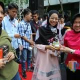 Wali Kota Risma saat memberi penghargaan kepada Pahlawan Ekonomi