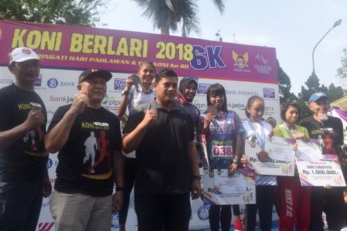 Wali Kota Kediri Abdullah Abu Bakar usai memberikan medali kepada para peserta lari (ist)