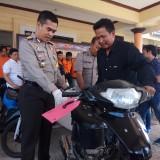 Kapolres Banyuwangi AKBP Taufik saat menyerahkan motor milik Zuhri yang hilang dua bulan lalu dicuri maling