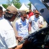 Wakil Wali Kota Batu Punjul Santoso saat meninjau mobil berbahan bakar biogas di Balai Kota Among Tani beberapa saat lalu. (Foto: Irsya Richa/MalangTIMES)