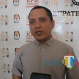 Komisioner KPU Kabupaten Jombang Divisi Data, Abdul Wadud Burhan Abadi saat diwawancarai (Foto: Adi Rosul / JombangTIMES)