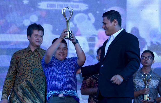 Wali Kota Kediri Abdullah Abu Bakar menyerahkan penghargaan kepada salah satu peserta. (ist)