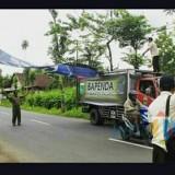 Operasi penertiban reklame yang dilakukan oleh petugas Bapenda Kabupaten Malang dan satpol PP. (Bapenda for MalangTIMES)