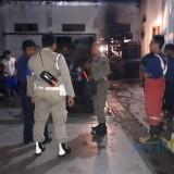 Petugas damkar melakukan pemadaman di Pabrik Rokok Simustika Pakel. / Foto : Anang Basso / Tulungagung TIMES