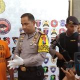 Polisi menunjukkan pelaku Dadang yang kini ditahan Polres Blitar.(Foto : Team BlitarTIMES)