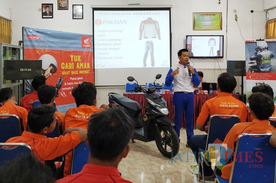Suasana edukasi safety riding di SMK PGRI 1 Kota Kediri. (Foto: B Setioko/ JatimTIMES)