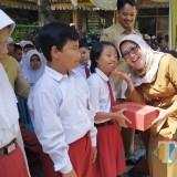 Wabup Lumajang Bunda Indah menyerahkan secara simbolis sepatu untuk siswa SLB. (Foto: Humas Pemkab Lumajang)