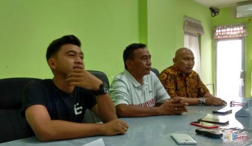 Manager Metro FC, Bambang Suryo (paling kanan) saat dijumpai di Stadion Gajayana (Hendra Saputra)