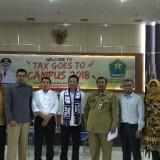 Dekan Fakultas Ekonomi UIN Maliki Malang Dr Nur Asnawi MAg (mengenakan syal Arema) usai menjadi pembicara dalam acara Tax Goes to Campus yang digelar BP2D Kota Malang. (Foto: Nurlayla Ratri/MalangTIMES)