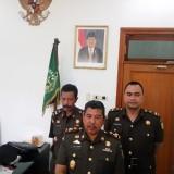 Kajari Kota Malang, Amran Lakoni SH, MH (tengah), Kasi Pidsus Ujang Supriyadi (kanan)(Anggara Sudiongko/MalangTIMES)