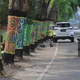 Pohon di Jalan panglima Sudirman dicat motif batik (Agus Salam/Jatim TIMES)