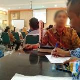 Orang yang berpotensi menderita TBC diperiksa oleh tenaga kesehatan (foto : Joko Pramono/Jatimtimes)