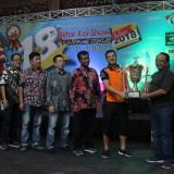 Bupati Blitar Rijanto menyerahkan Piala Presiden di ajang Blitar Koi Show.(Ist)