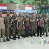 Bupati, dandim, wabup, sekda dan tentara Singapura saat berfoto bareng. (Heru Hartanto / Situbondo TIMES(