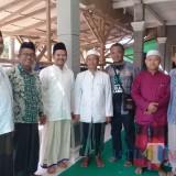 Gus Riza (ketiga dari Kiri) bersama sejumlah tokoh masyarakat dan ulama di Ambulu (foto : Moh. Ali Makrus / JatimTIMES)
