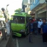 Kondisi minibus yang terlihat menabrak pagar (Satlantas Makota)