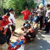 Petugas saat melakukan evakuasi korban tenggelam (ist)