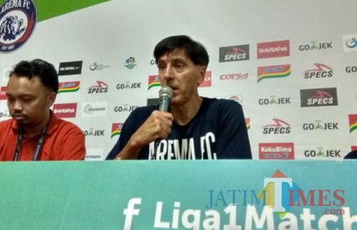Pelatih Kepala Arema FC Milan Petrovic (Hendra Saputra)