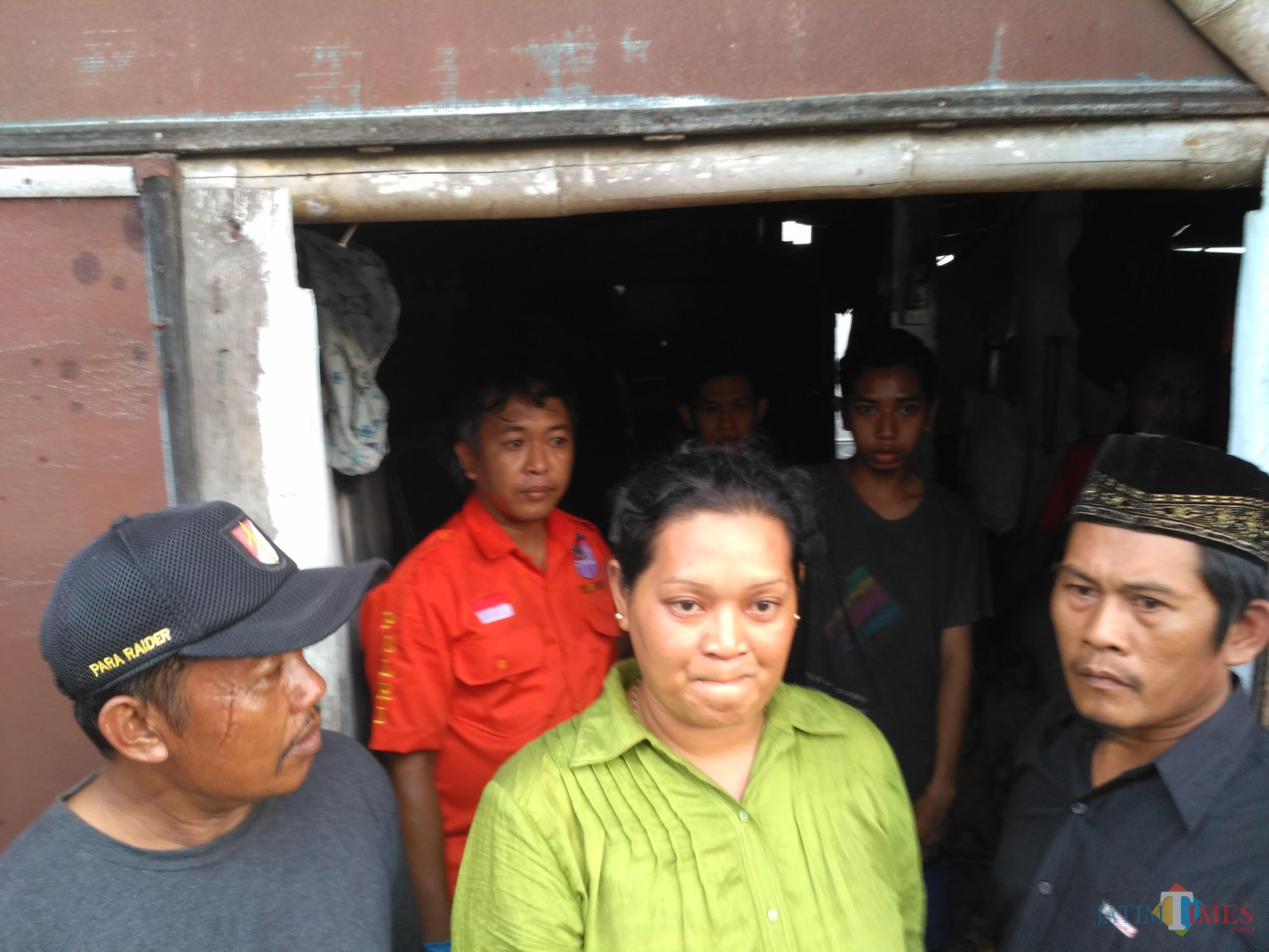 Pihak keluarga minta Matal pembunuh kakek neneknya dihukum mati (foto : Anang Basso / TulungagungTIMES)