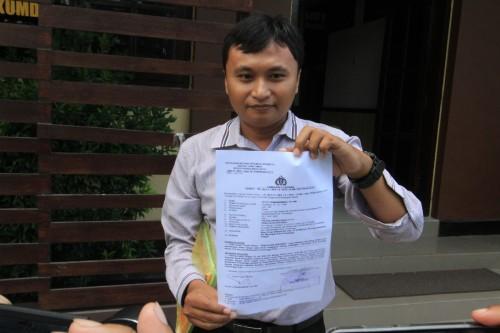 Kuasa Hukum Putut, Gandi Ahmad sedang memperlihatkan laporan kliennya saat di mapolresta