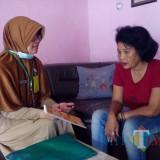 Salah satu petugas Puskesmas Kendalkerep memberikan edukasi dalam program Keluarga Sehat (foto: Devi for MalangTIMES)