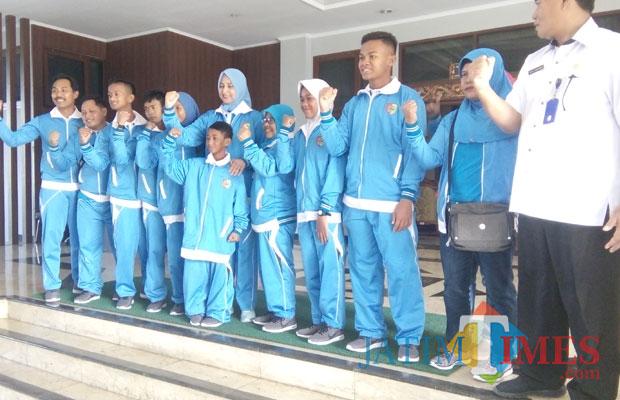 Bupati Jember dr Hj Faida MMR didampingi kadispora bersama sejumlah atlet disabilitas saat foto bersama sebelum berangkat ke Surabaya. (foto : Moh. Ali Makrus / Jatim TIMES)