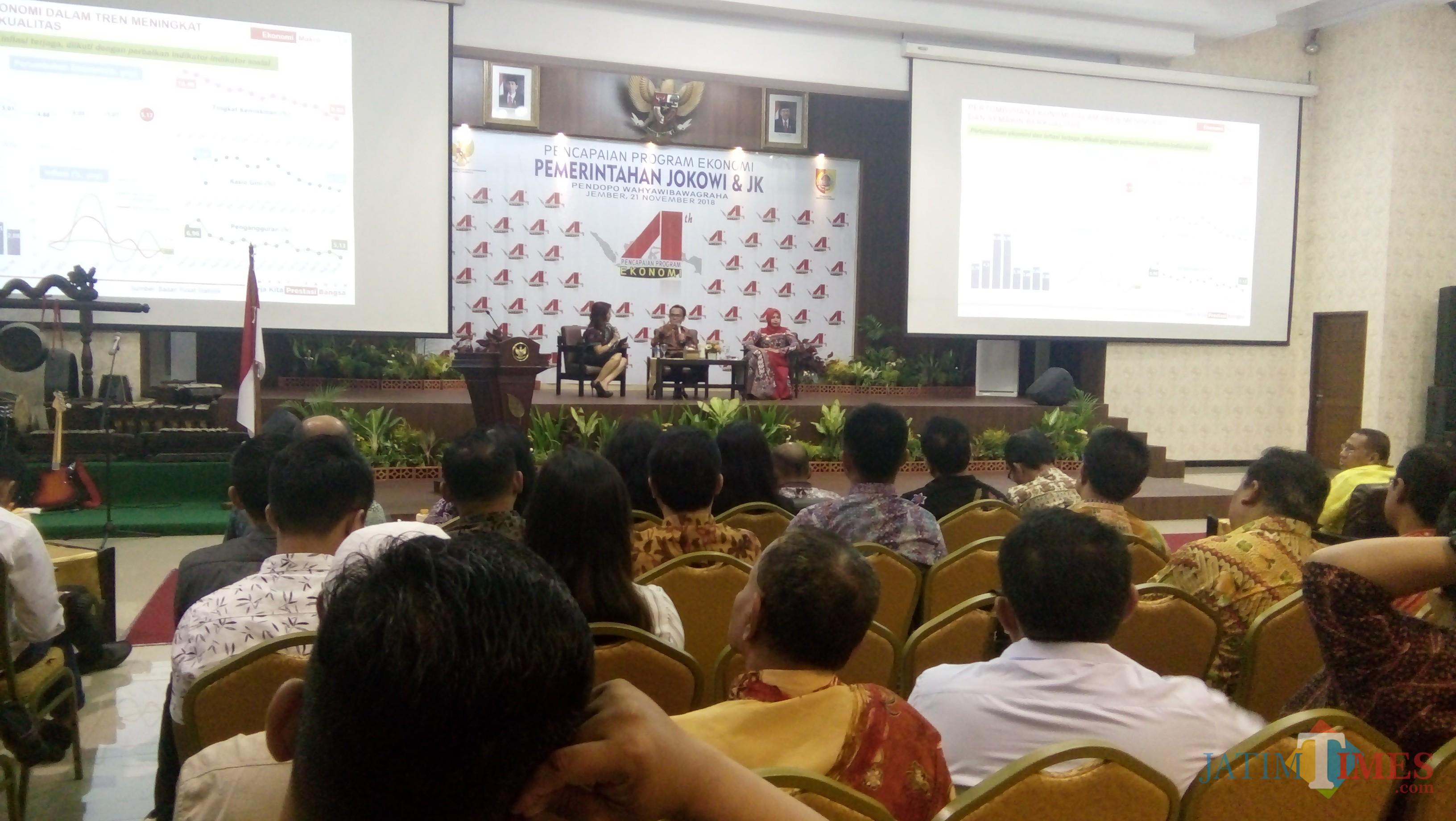 Sekretaris Kementerian Koordinator Bidang Ekonomi Susiwijono bersama Bupati Jember dr Hj Faida MMR saat acara talk show di pendapa. (foto : Moh. Ali Makrus / Jatim TIMES)
