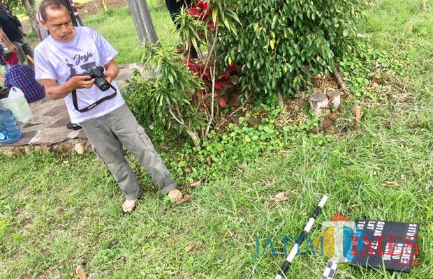 Tim BPCB saat memetakan lokasi terdapat benda purbakala yang akan digali di area sawah Punden Rondo Kuning (Nyi Sutinah) Kelurahan Songgokerto Kecamatan Batu, Kamis (22/11/2018). (Foto: Irsya Richa/MalangTIMES)