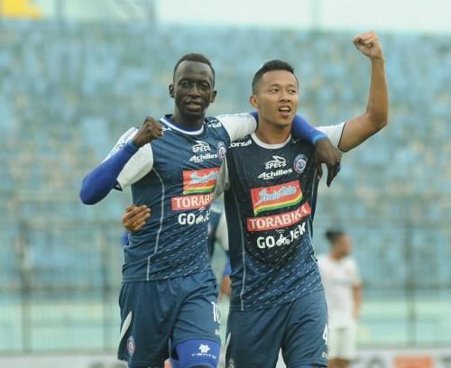 Dua pemain andalan Arema FC, Makan Konate (kiri) bersama Dendi Santoso (instagram)