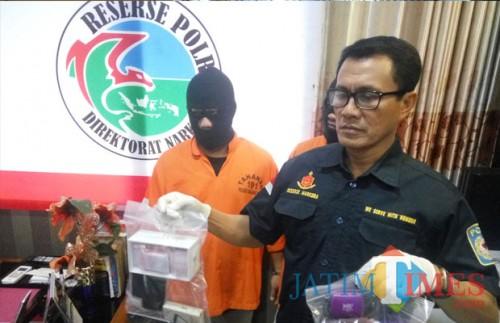 Kasat Reskoba Polres Malang Kota, AKP Syamsul Hidayat saat menunjukan barang bukti (Anggara Sudiongko/MalangTIMES)