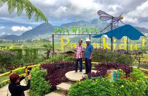 Wisatawan saat swafoto di Desa Wisata Pujon Kidul Kabupaten Malang, Kamis (22/11/2018). (Foto: Irsya Richa/MalamgTIMES)