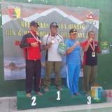 Martinus dan para pemenang lomba renang HUT Kodam V/Brawijaya menerima medali