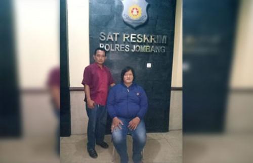 Sutrisno alias Rosa (35), pelaku penipuan bermodus kekuatan gaib, saat diamankan di Mapolres Jombang. (istimewa)