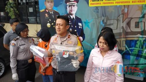 Wakapolres Malang Kota saat menunjukan barang bukti persetubuhan (Humas Makota for MalangTIMES)