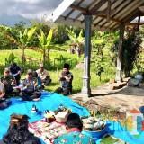 Proses ritual dengan pembacaan doa di Punden Rondo Kuning Kelurahan Songgokerto Kecamatan Batu, Jumat (23/11/2018). (Foto: Irsya Richa/MalangTIMES)