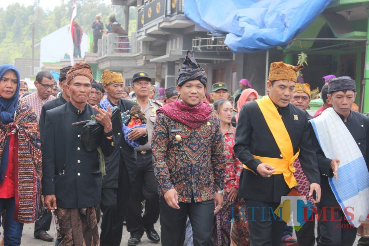 Bupati Lumajang H. Thoriqul Haq saat upacara Unan-Unan di Desa Ranupani. (Foto: Pawitra/JatimTIMES)