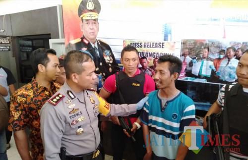 Kapolres saat berbincang dengan Puji Ati dalam relesae, Jumat (23/10.  (foto : Joko Pramono/Jatimtimes)