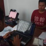 Tersangka Indra Wahyu menjalani pemeriksaan di Polsek Banyuwangi.