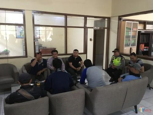 Suasana mediasi lima perwakilan demonstrans Ojek Online Se-Malang Raya, saat menyampaikan aspirasinya kepada Badan Pengawas Pemilu (Bawaslu) Kabupaten Malang (Foto : Ashaq Lupito / MalangTIMES)