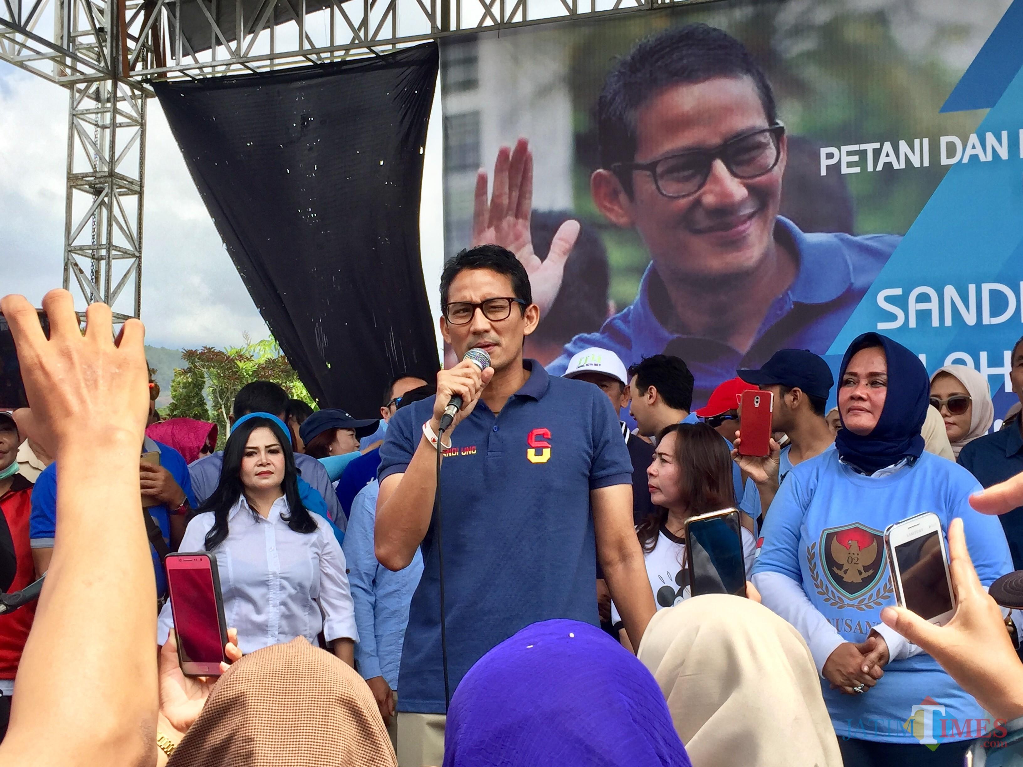 Sandiaga Salahuddin Uno saat berada di lapangan Pasar Bunga Desa Sidomulyo Kecamatan Batu, Sabtu (24/11/2018). (Foto: Irsya Richa/MalangTIMES)