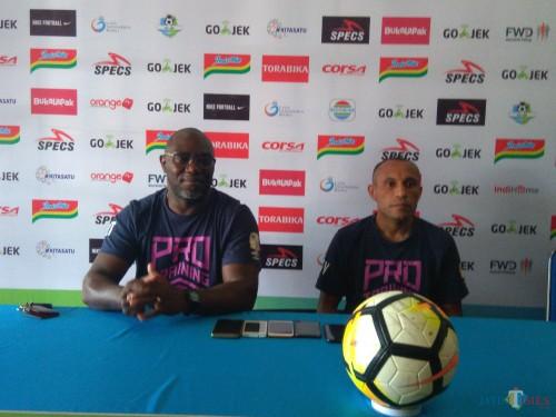Pelatih Kepala Barito Putera, Jackson F Tiago (kiri) bersama Ronny Beroperay (Hendra Saputra)