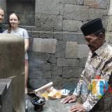 Ilustrasi, dua wisatawan mancanegara saat mengunjungi Candi Badut, salah satu tinggalan sejarah yang berada di perbatasan Kota Malang dan Kabupaten Malang. (Foto: Nurlayla Ratri/MalangTIMES)